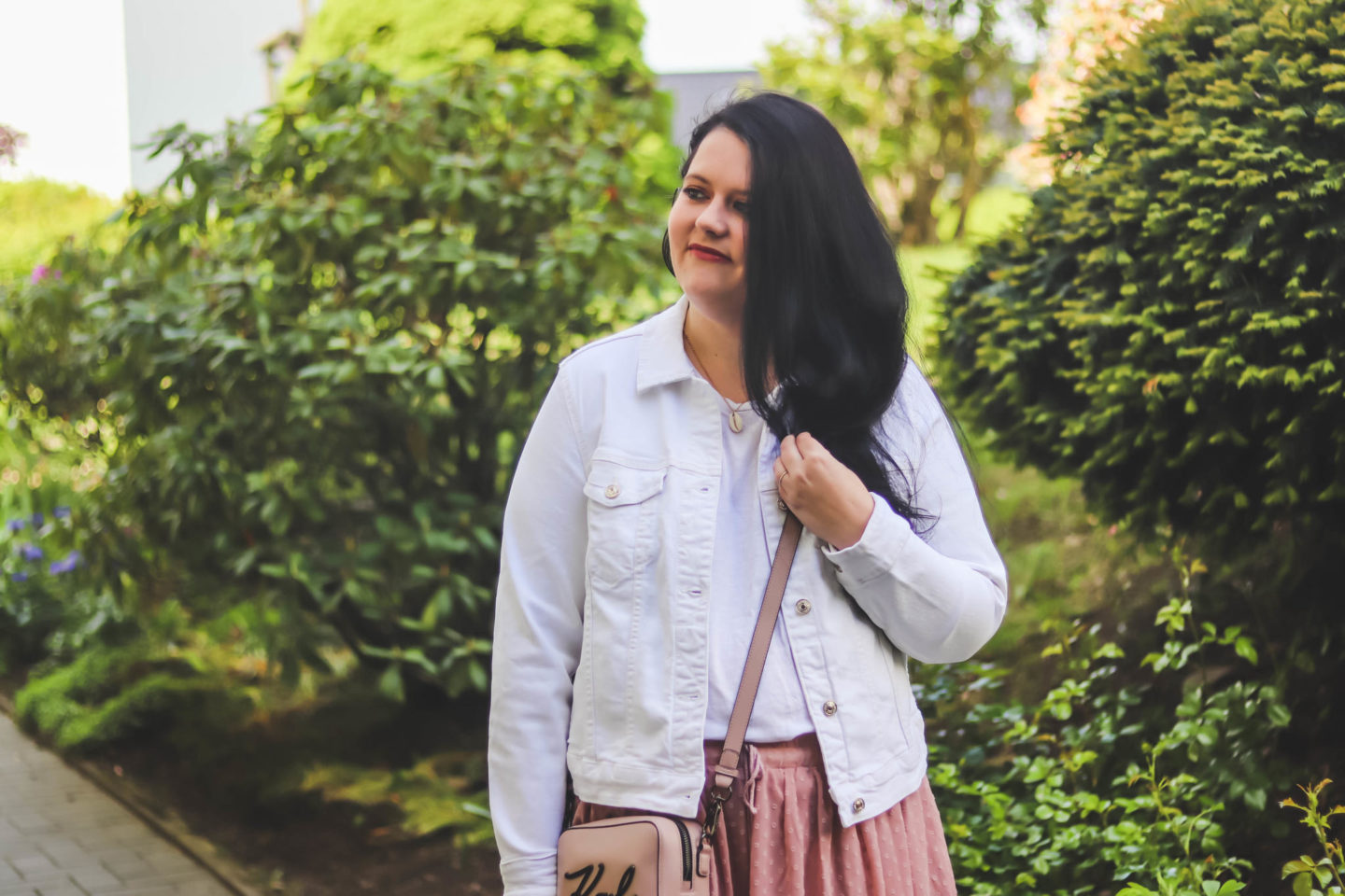 (Outfit) Rosa Boho Minirock mit weißer Jeans Jacke